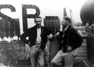 Załoga por. Zbigniew Burzyński i por. Franciszek Hynek podczas napełniania balonu w Chicago